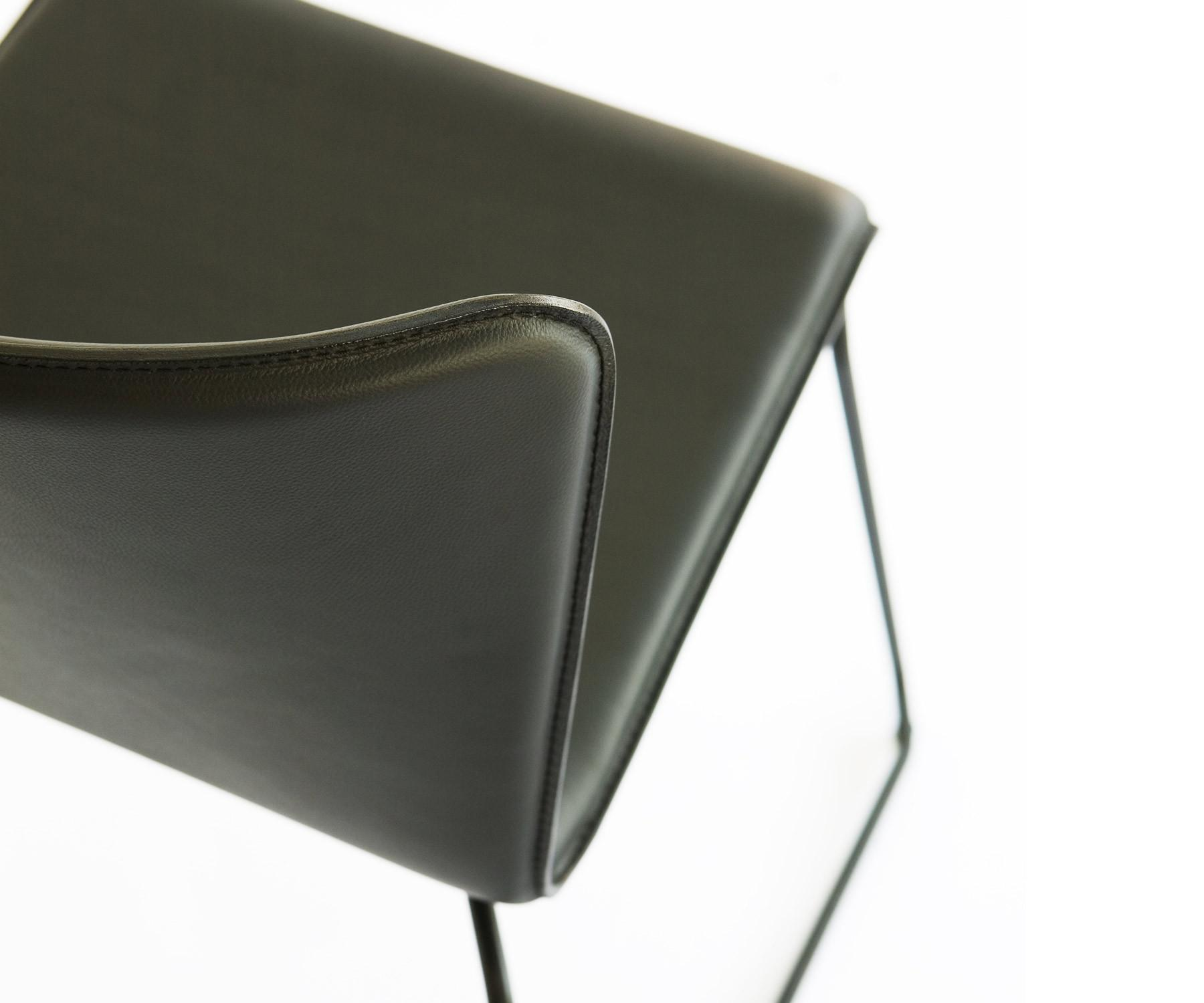 sphaus lisbon stuhl mit polsterung schwarz rot. Black Bedroom Furniture Sets. Home Design Ideas