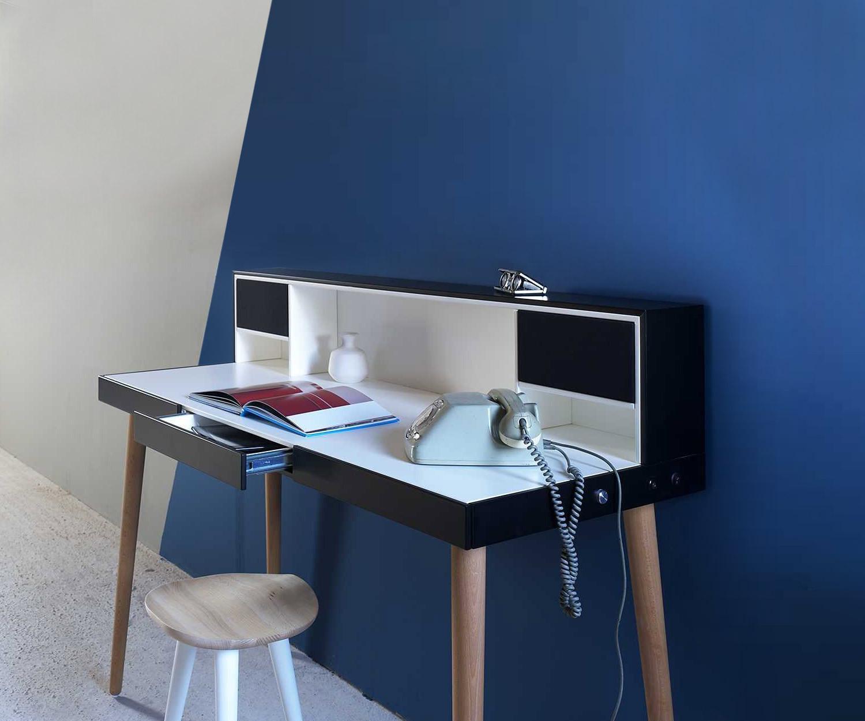 miniforms schreibtisch bardino mit integrierten lautsprechern. Black Bedroom Furniture Sets. Home Design Ideas