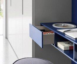 Schlafzimmer Schrank mit Schreibtisch und Mulde mit geöffneter Schublade