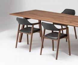 Conde House Ten Design Armlehnenstuhl mit gepolstertem Sitz an einem Ten Tisch