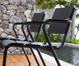 Moderner Oasiq Corail Aluminium Stuhl mit Armlehnen in Dunkelgrau