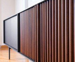 Hochwertiges Design Detail Sideboard für Wohnzimmer Nussbaum Lamellen Front