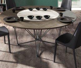 Exklusiver Design Stuhl in Dunkelgrau im Esszimmer angeordnet