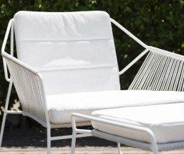 Oasiq Sandur Schnur Design Sessel mit weißem Edelstahl-Gestell und weißem Polster
