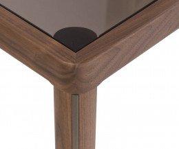 Exklusiver Design Esstisch Detail Ecke mit Glasplatte und Nussbaum Fuß in Ansicht
