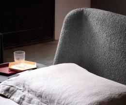 Modernes Velvet Bett von Novamobili im Detail gepolstertes Kopfteil grauer Stoffbezug