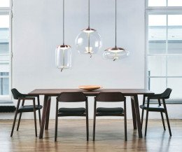 Moderner Conde House Ten Design Armlehnenstuhl im Esszimmer am Ten Tisch platziert