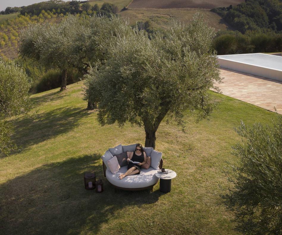Exklusive Todus Baza Design Lounge und Daybed auf Terrasse am Pool