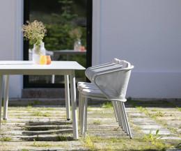 Moderner Todus Condor Design Armlehnenstuhl von der Seite am Esstisch Condor