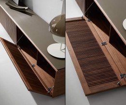 Design TV Lowboard Detail mit Abdeckplatte und geöffneten Flügeltüren