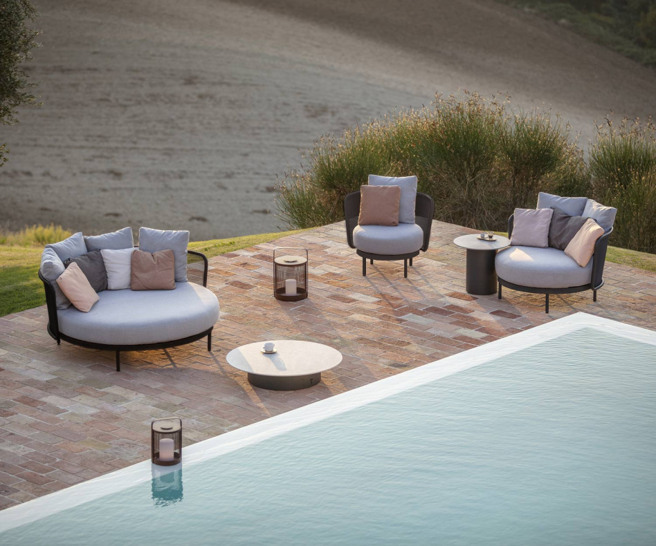 Exklusiver Todus Baza Round Design Clubsessel am Swimming-Pool