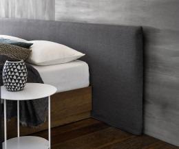 Bett mit Wandpaneel gepolstert