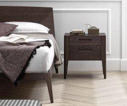 Modernes dunkles Designer Holzbett mit Nachttisch im Schlafzimmer