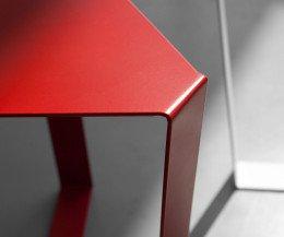 MEME DESIGN Finity Beistelltisch im Detail die Kante mit RAL Lackierung in Rot
