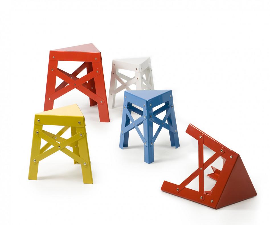 Design Kids Hocker Eiffel in Rot und Gelb von RS Barcelona an einem Arbeitstisch