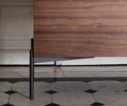 Hochwertiges Design Sideboard Detail Metall Standfuss mit Leisten in Walnuss massiv
