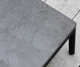 Hochwertiger Oasiq Riad Gartentisch im Detail Keramik Tischplatte