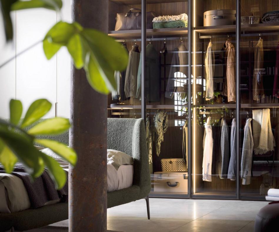 Moderner Kleiderschrank Perry mit transparenten Glastüren und Beleuchtung