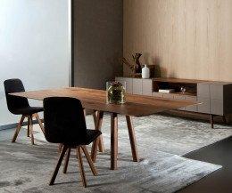 Exklusiver Design Esstisch in Nussbaum Massivholz Panorama mit zwei Stühlen