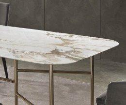 Moderner Design Esstisch Detail abgerundete Ecken und Gestell in Metallfarbe