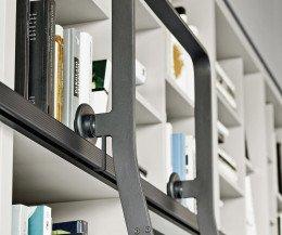 Bücherregal mit Leiter verschiebbar auf Rollen