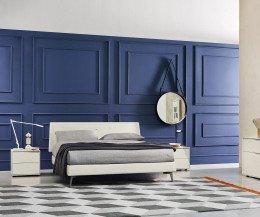Moderner Livitalia Vela Schlafzimmer Design Nachttisch mit Polsterbett aufgenommen