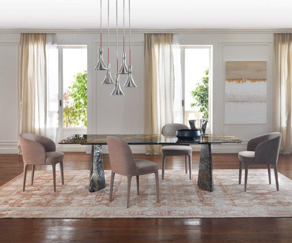 Stilvoller Design Esstisch Marmor im Esszimmer mit Stühlen im Ensemble gruppiert