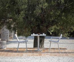 Hochwertiger Todus Branta Designer Gartentisch mit Frühstücksgedeck auf Terrasse