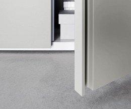 Livitalia Design Kleiderschrank Sinua im Detail die Griffleiste der offenen Flügeltür
