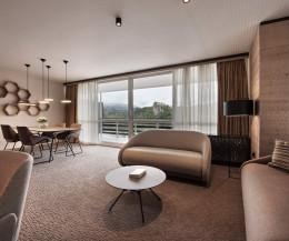 Hochwertiges Prostoria Designer Schlafsofa UpLift in Stoffbezug in Hotelzimmer