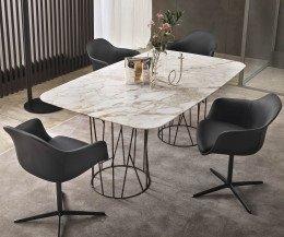 Design Esstisch Tischplatte in Calacatta Marmor als Gruppe mit Stühlen angeordnet
