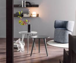 Hellgrauer schwarzer Novamobili Design Tisch Trio im Wohnraum mit drei Beinen