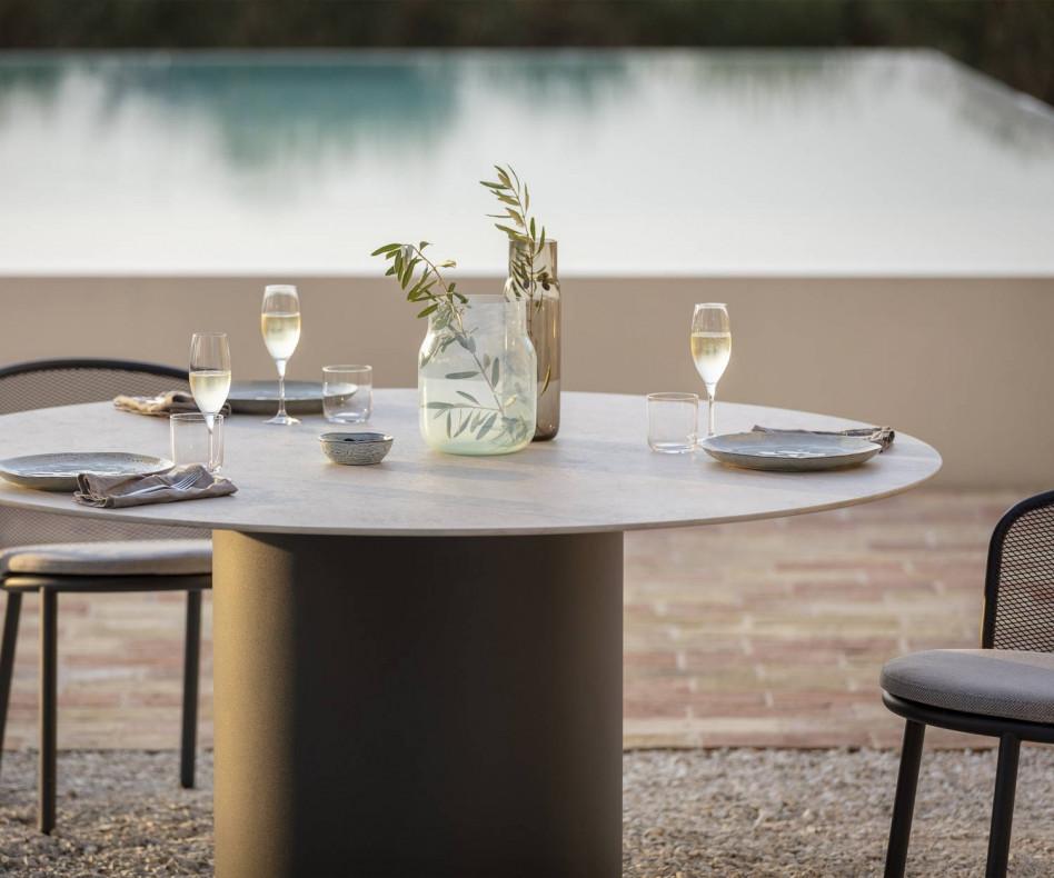 Exklusiver Todus Branta Design Esstisch rund am Swimmingpool auf Terrasse