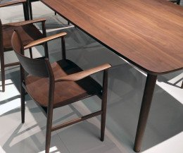 Conde House Kamuy Design Tisch & Stuhl in Nussbaum Massivholz bei Kanten und Beinen