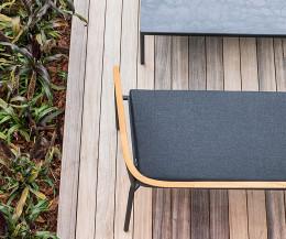 Hochwertiges Oasiq Lounge Sofa für 2 Personen im Detail Teak Lehne Anthrazit Sitzpolster