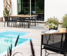 Moderner Oasiq Riad Designer Gartenstuhl am Pool mit Gartentisch
