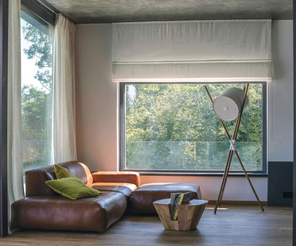 Moderner Prostoria Design Pouf Hocker Cloud in Braun mit Sofa im Wohnzimmer