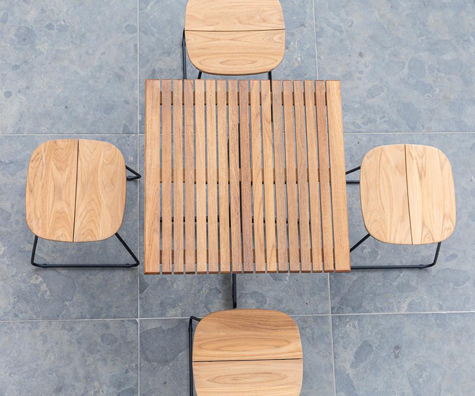 Wetterfester Oasiq Bryggen Design Barstuhl mit Gartentisch auf Balkon