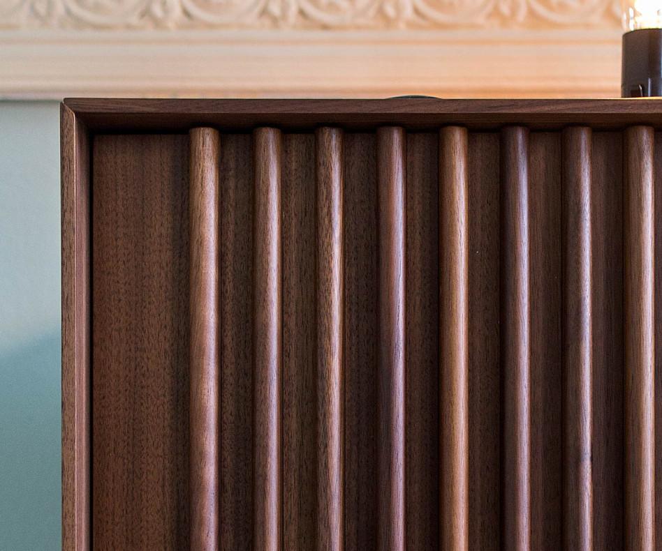 Exklusives Wohnzimmer Design Sideboard auf Füßen in Walnuss mit Lamellentüren