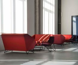 Prostoria Designer Sofa 3angle in Rot im Foyer