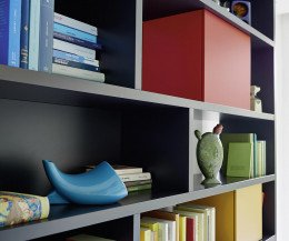 Schwarzes Design Regal mit bunten Boxen