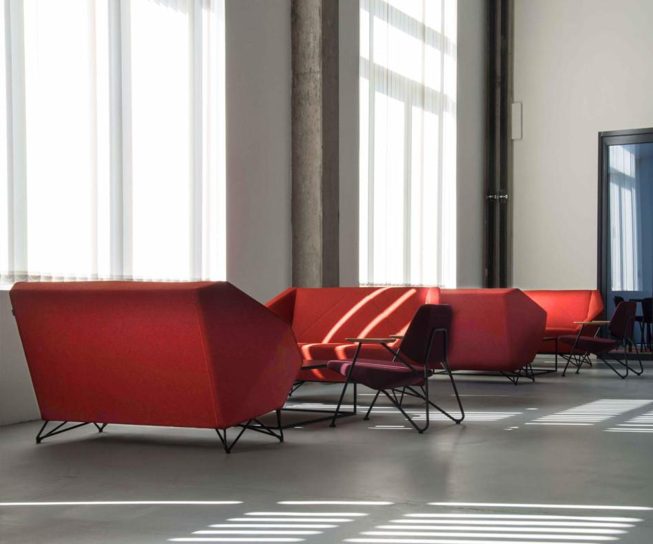 Hochwertiges Prostoria Design Sofa 3angle im Wohnzimmer mit Sesseln