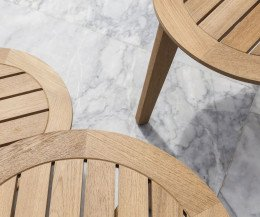 Oasiq Attol Teak Beistelltisch Detail Tischplatte und Tischbeine