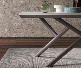 Design Esstisch Detail Standfüße mit Geschirr auf der Tischplatte