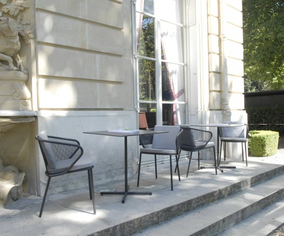 Hochwertiger Todus Condor Design Bistrotisch auf einer Terrasse