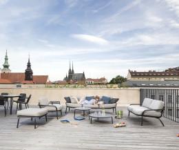 Todus Starling Kollektion mit Hocker, 2-Sitzer Gartensofa, Loungesessel und 3-Sitzer auf einer Dachterrasse