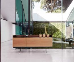 Modernes Design Sideboard mit drei Türen in Eichen Furnier Aluminium Finish