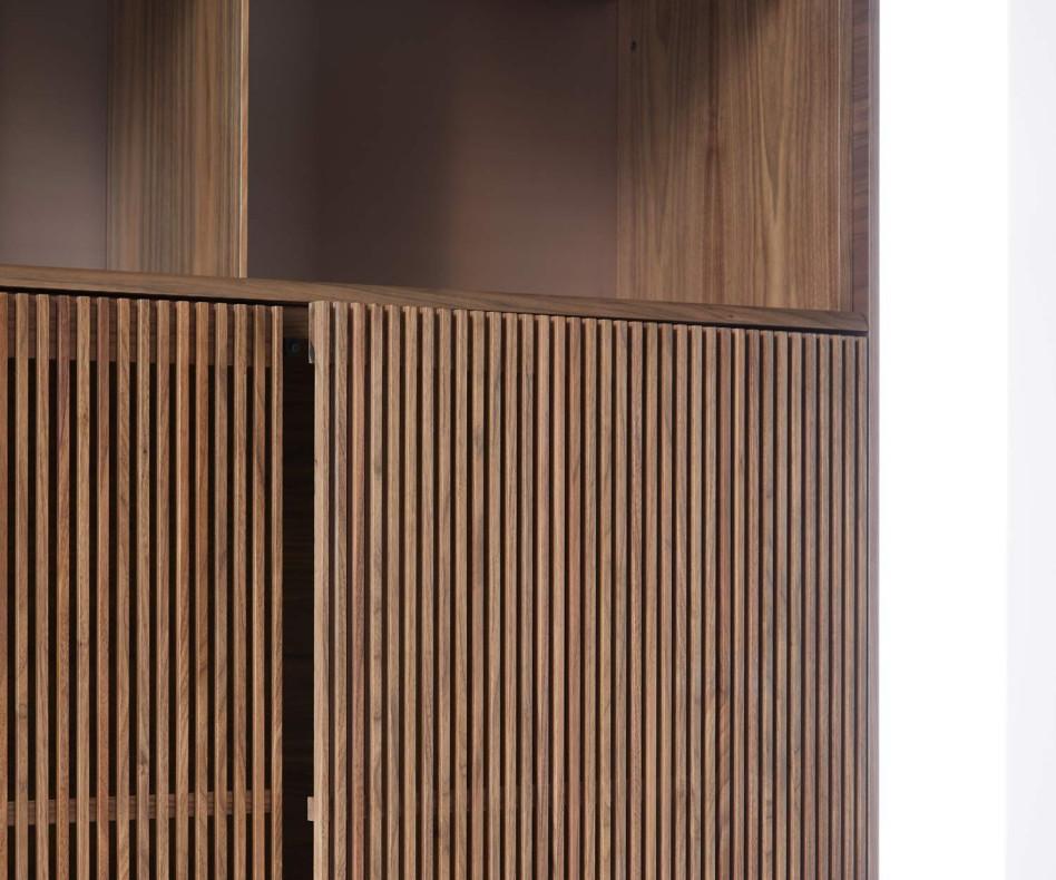 Formschönes Design Highboard Punt Malmö mit Walnuss Furnier veredelt Lamellentüren