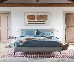 Margot Design Bett von Novamobili im Altbau Schlafzimmer grauer Stoffbezug