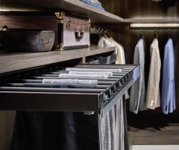Exklusiver Begehbarer Kleiderschrank Break im Detail Hosenhalter